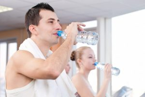 partners in gym drinking water
